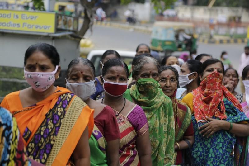 印度今(24日)新增超過4萬9000個武肺確診患者、且有740人病故。(美聯社)