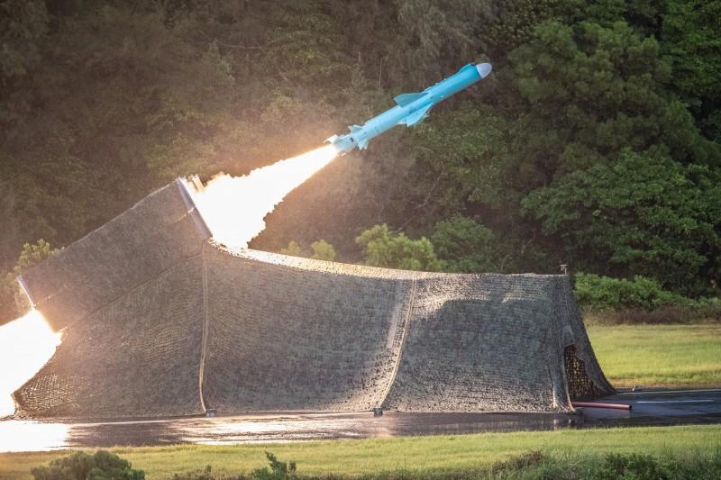 海軍機動飛彈車射擊雄風二型反艦飛彈。(圖:國防部提供)