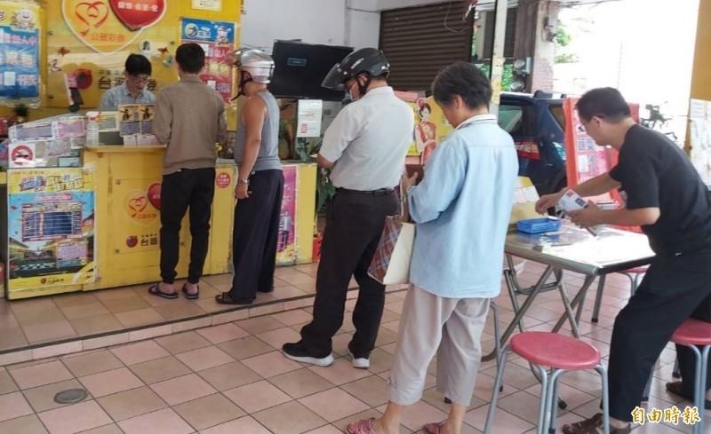 日前網路上出現「電腦選號」是送錢給彩券行的傳言,引發網友熱議;對此,台灣彩券公布數據,近6年來威力彩或大樂透頭獎中獎者,電腦與自選的比例皆約為「7:3」。(資料照)