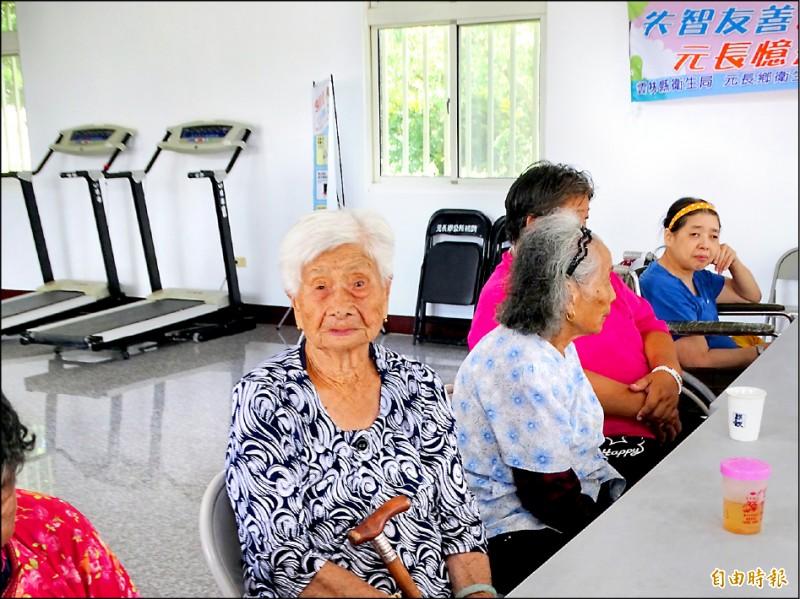 百歲人瑞湯陳鳳,天天參加樂齡學習中心的課程。(記者詹士弘攝)