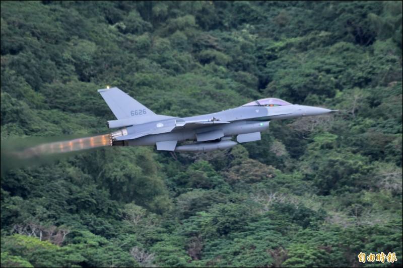 據悉,行政院編列明年度中央政府總預算案,國防預算初步匡列比今年法定預算數三三五八億元成長三%,增加一○○億元以上。若加計明年度F-16V採購特別預算,整體國防預算將成長逾七%。圖為我空軍完成性能提升的F-16V戰機。(資料照,記者游太郎攝)