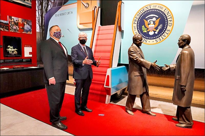 美國國務卿龐皮歐(左)廿三日在加州約巴林達(Yorba Linda)市的「尼克森總統圖書館」發表中國政策演說,身旁是「尼克森基金會」主席兼執行長、電台主持人修伊特(Hugh Hewitt)。布景更重現了美國前總統尼克森(右二)一九七二年搭乘專機飛抵北京,在機場和前來迎接的中國前國務院總理周恩來握手的歷史性場景。(法新社)