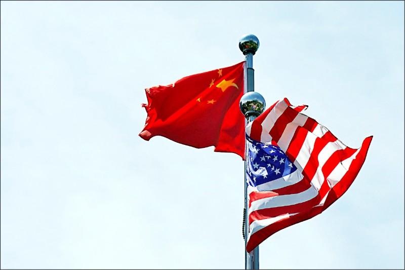 美中緊張關係因互關閉對方總領事館而有升高趨勢。圖為去年七月在上海一場貿易會議場外的美中兩國國旗。(路透)