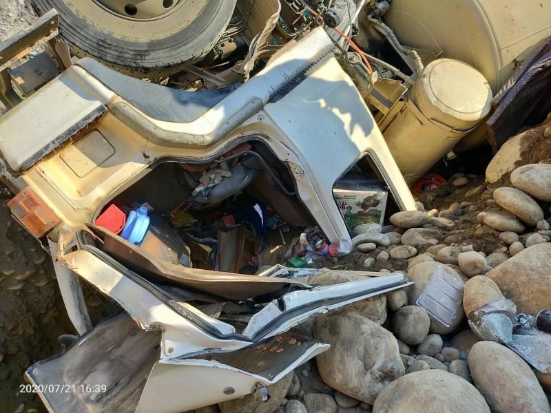 混凝土車翻覆,司機楊男不幸傷重身亡。(消防局提供)