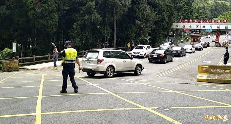 南投縣溪頭自然教育園區吸引絡繹不絕的避暑車潮,警方也忙著疏導維護交通秩序。(記者謝介裕攝)