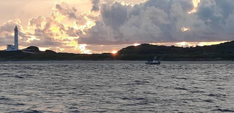 1艘新港籍漁船意外擱淺在綠島燈塔岸際。(記者陳賢義翻攝)