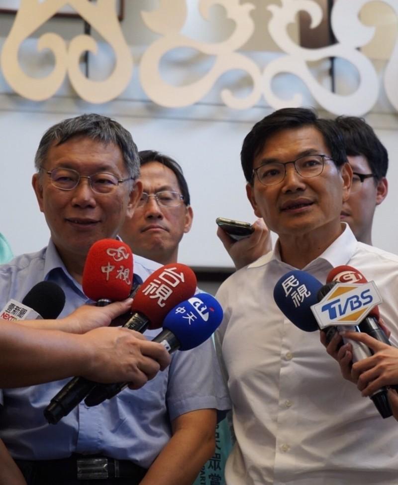 抗議行政院積欠高雄818億元統籌分配款,吳益政(右)撂狠話,「認真考慮高雄獨立」。(記者洪定宏翻攝)