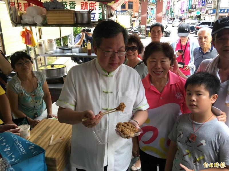 桃園市長參加博愛商圈市集活動,細細品嘗各式美味。(記者謝武雄攝)