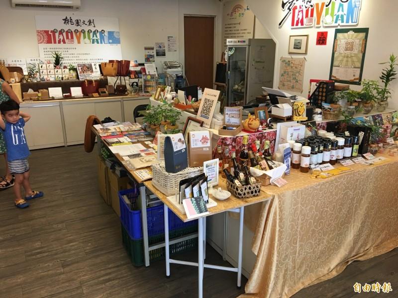 博愛商圈為桃園的老城區青創基地,販賣各式青農商品。(記者謝武雄攝)