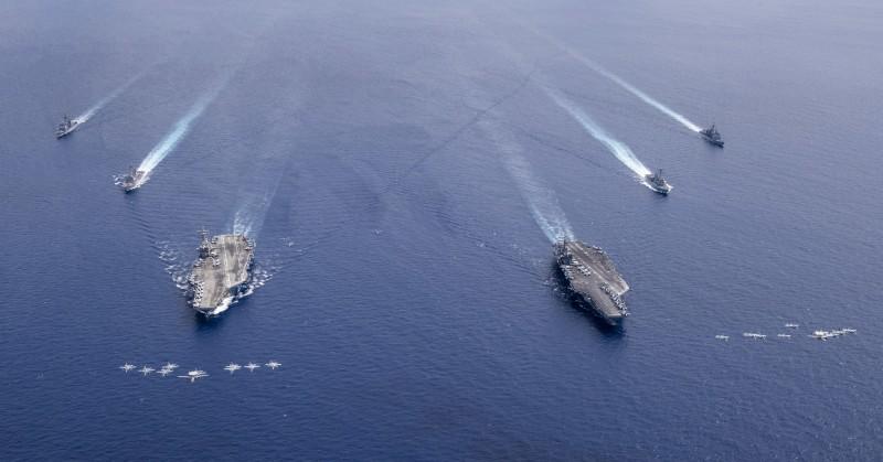 美國航空母艦尼米茲號和雷根號7月初在南海軍演。(歐新社資料照)