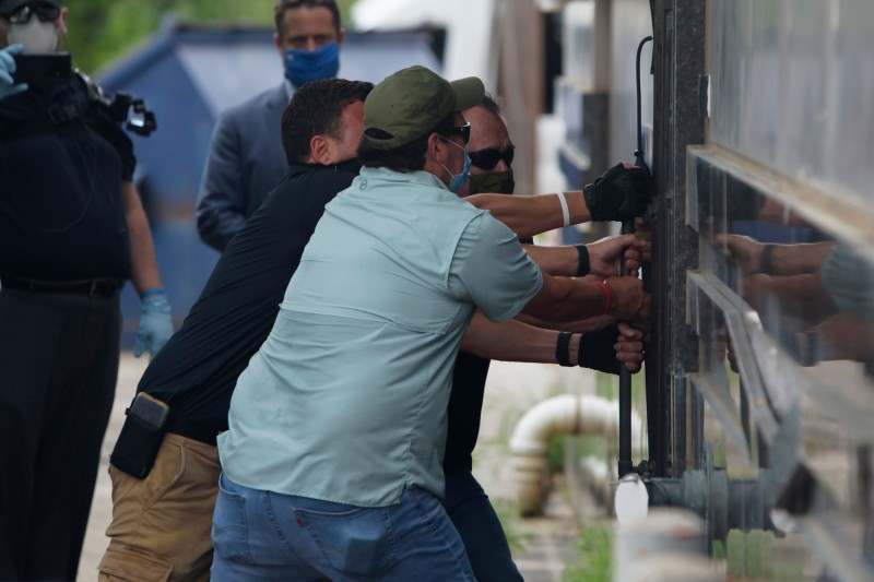 美國日前要求中國72小時內關閉駐休士頓總領事館,限期在當地時間24日下午4時生效不久,一群美國官員強行將總領館的後門打開進入搜查。(法新社)