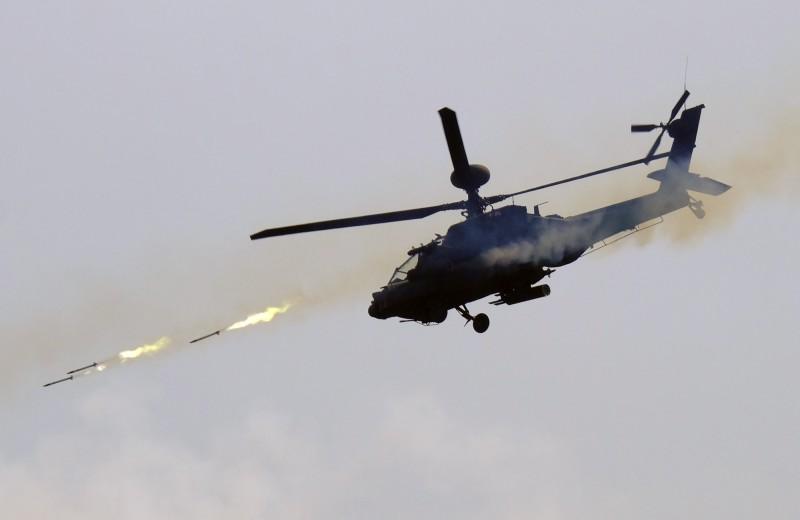 美國陸軍於去年8月曾在亞利桑那州尤馬試驗場進行類似試驗,用AH-64E「阿帕契」武裝直升機試射「視距外長釘飛彈」(NLOS)。示意圖。(美聯社)