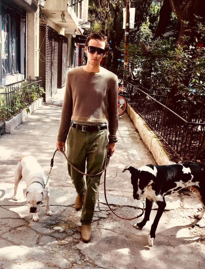 32歲男子福斯泰克(Pablo Fustec)在墨西哥和愛犬徒步旅行時,大丹犬薩沙(Sasha,右)不慎跌落高溫熱泉,福斯泰克見狀直接跳入泉水救狗但全身遭嚴重燙傷,最後和狗狗一起共赴黃泉。(美聯社)