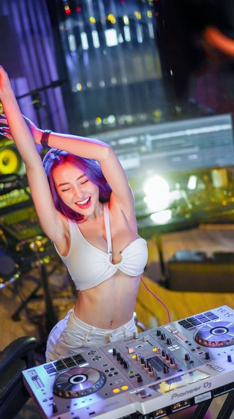 越南DJ女神「Ngan 98」向來不吝展現自己的好身材。(圖擷取自臉書「Võ Thị Ngọc Ngân」)