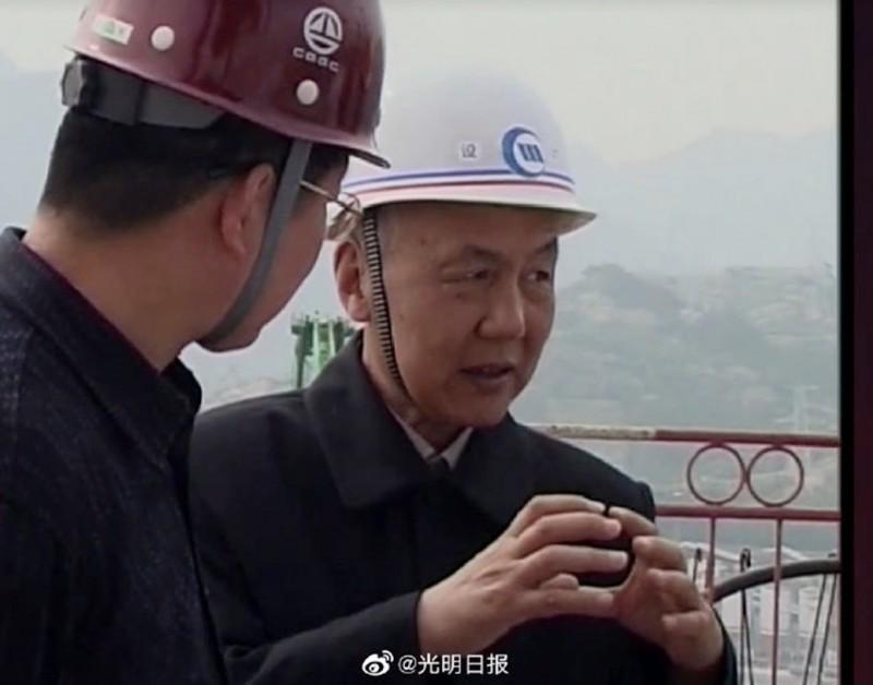圖右為「三峽大壩之父」鄭守仁工作情況。(翻攝光明日報)