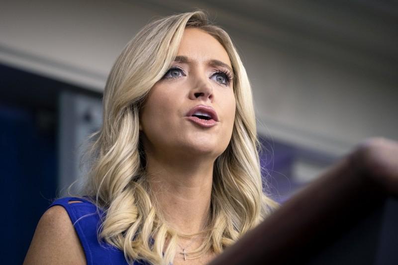 白宮發言人麥肯內尼(Kayleigh McEnany)24日召開記者會回答媒體提問。(彭博)