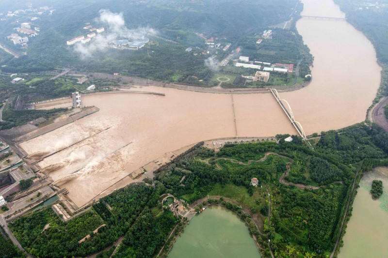 中國三峽大壩不斷放水,中下游地區又遭逢強降雨,多省農地被毀。(法新社檔案照)