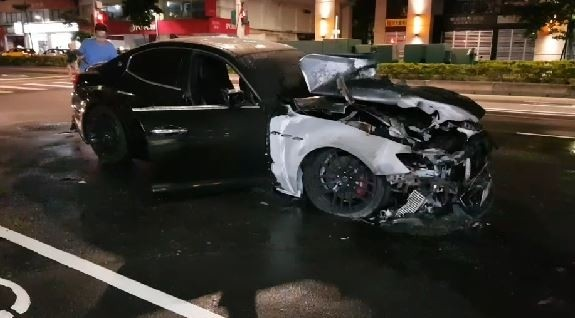 台北市南京東路二段今日凌晨4點多一輛新車價超過500萬的瑪莎拉蒂跑車,行駛中突然冒煙自燃,整車燒成一團火球。(記者鄭景議翻攝)