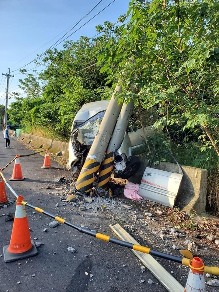 彰化花壇三芬路發生疑似自撞意外,車頭全毀,連電桿都斷裂。(取自彰化踢爆網)