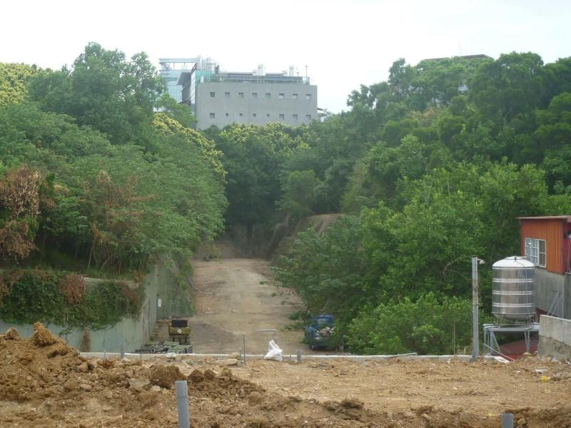新竹市政府將建功國小旁一塊機關用地變更為公園用地,相當罕見,此區塊佔地約1公頃,且過去日治時期規畫做地下油庫,雖未啟用過,但極具保留價值,未來可望進行整體規畫。(記者洪美秀翻攝)