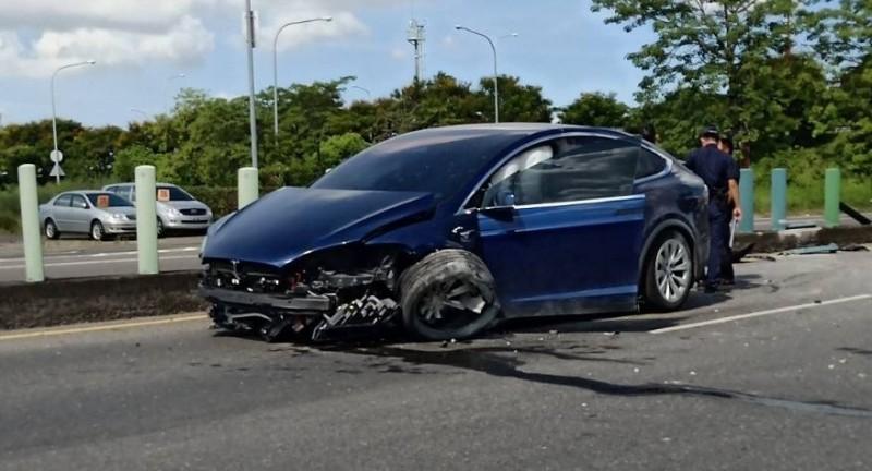 特斯拉在國道一號中山高下匝道時發生車禍。(民眾提供)(記者林宜樟攝)