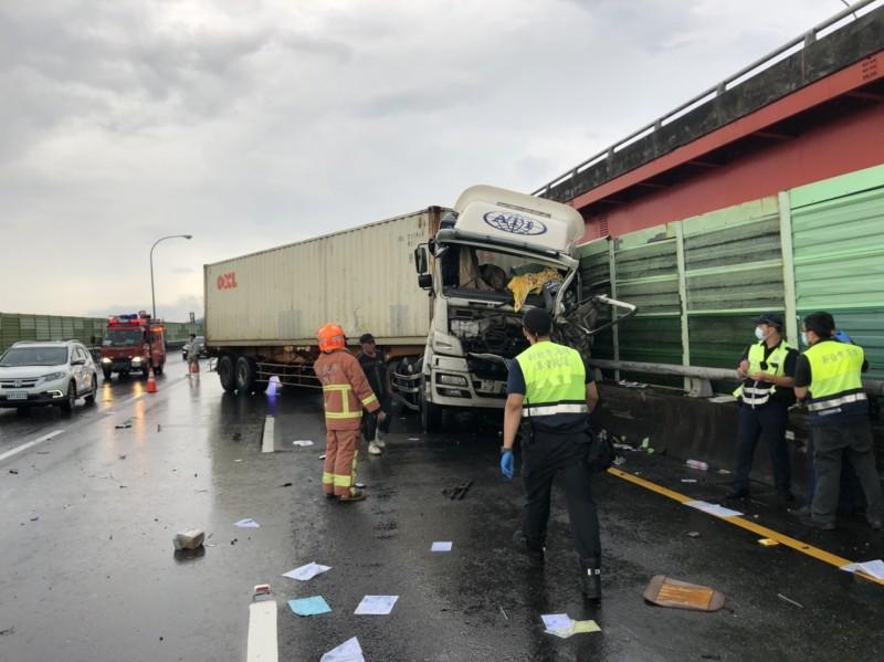 大貨車因視線不佳自撞,消防人員救援中。(記者徐聖倫翻攝)