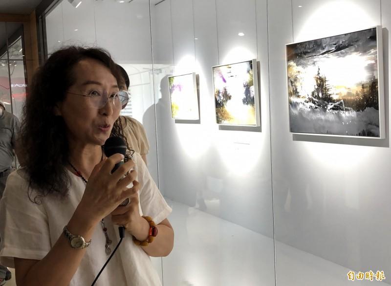 藝術家廖芳乙導覽解說畫作。(記者張菁雅攝)