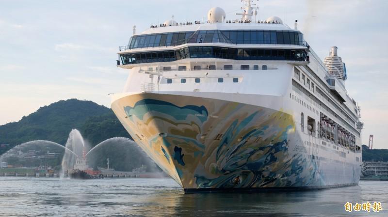 「探索夢號」在郵輪的鳴笛聲中及拖船噴水的陪伴下,緩緩駛出基隆港。(記者林欣漢攝)