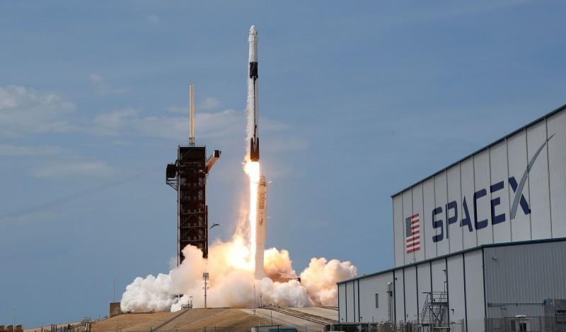 針對太空將成為各大國新的軍備競賽領域,美國與俄羅斯7月27日將在維也納進行首輪正式雙邊會談,這也是俄美兩國自2013年以來,睽違7年再次針對太空安全進行會談。圖為美國太空總署與SpaceX合作發射的火箭。(路透)