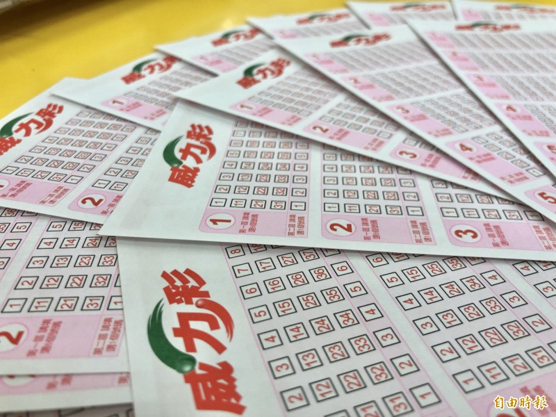 7月27日威力彩頭獎上看31億元,不少民眾躍躍欲試。(即時新聞組攝)