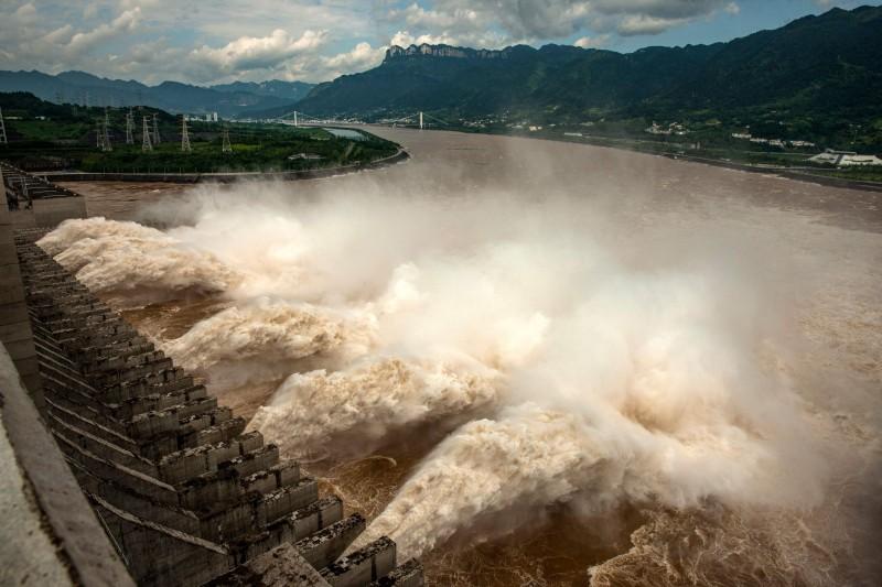 三峽大壩接連排掉2波洪水,第3波洪水最快明晚來襲。圖為2020年7月19日三峽大壩洩洪。(法新社檔案照)