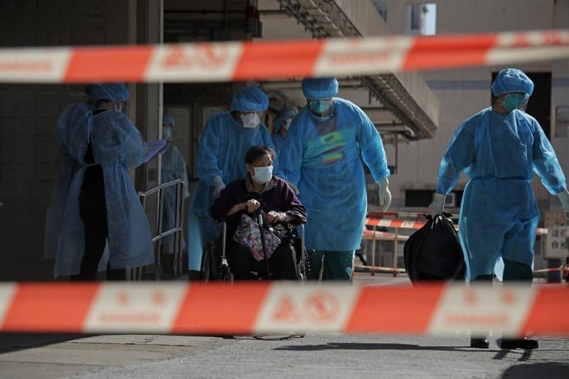 香港今天新增128名武漢肺炎確診者,其中更有35人感染路徑不明,而香港有多間老人安養機構出現群聚感染,消防人員也出現群聚感染,已造成4名消防人員確診。圖為爆發群聚感染的安養中心,老人正在撤離。(美聯社)