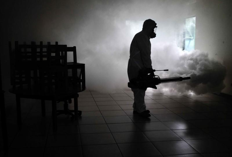 儘管哥斯大黎加第2波武漢肺炎疫情持續升溫,但當局8月1日起仍將開放歐洲、英國及加拿大觀光客入境旅遊,圖為哥國防疫人員進行環境消毒。(歐新社)