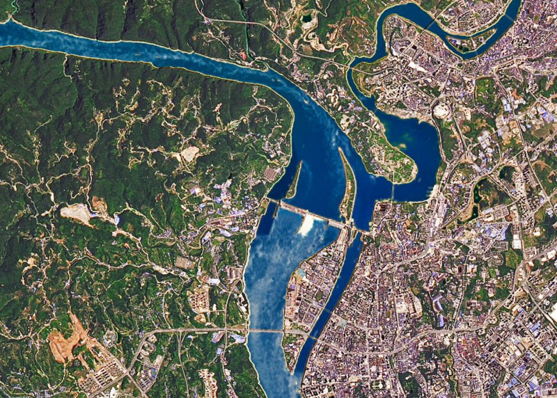 三峽大壩洩洪,中下游地區洪災不斷。圖為美國太空總署拍攝6月30日三峽大壩開閘洩洪。(歐新社檔案照)