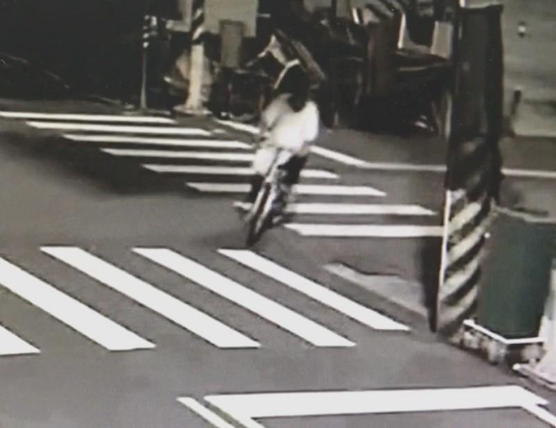 案發前後,張嫌騎腳踏車行經火場,被路口監視器拍下。(記者吳俊鋒翻攝)