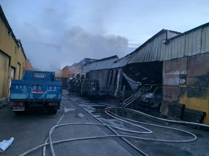 台中發電廠貨櫃區鐵皮倉庫火災,幸無人傷亡。(記者歐素美翻攝)