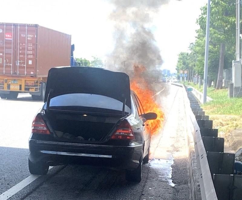 中山高台南仁德路段發生火燒車事故,幸未造成人員傷亡。(記者吳俊鋒翻攝)