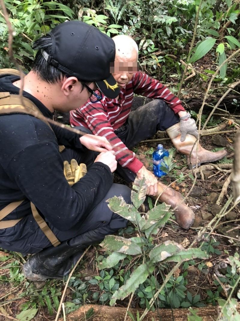 謝姓老翁被消防隊員救出時,生命徵象穩定,但有點虛脫。(記者吳昇儒翻攝)