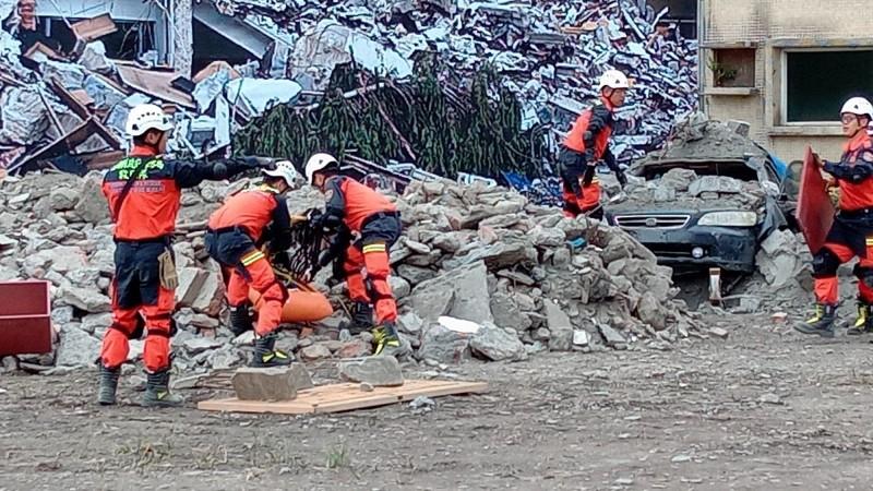 宜蘭縣今天舉辦民安6號演習,模擬地震造成建築物受損,「斷垣殘壁」場景,讓人怵目驚心。(記者江志雄翻攝)
