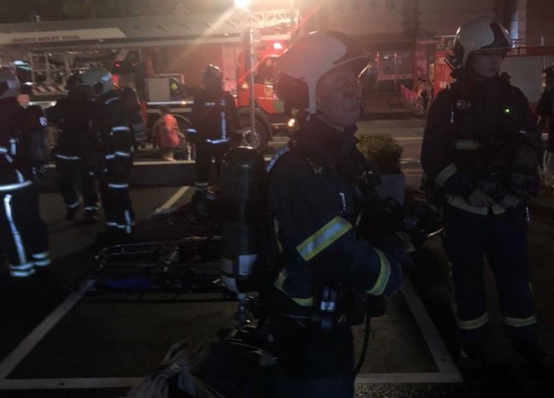 北市忠孝醫院深夜傳火警,消防隊員整裝入內搜索。(記者姚岳宏翻攝)