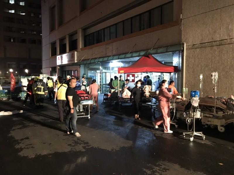 北市忠孝醫院深夜火警,病患緊急疏散。(記者姚岳宏翻攝)