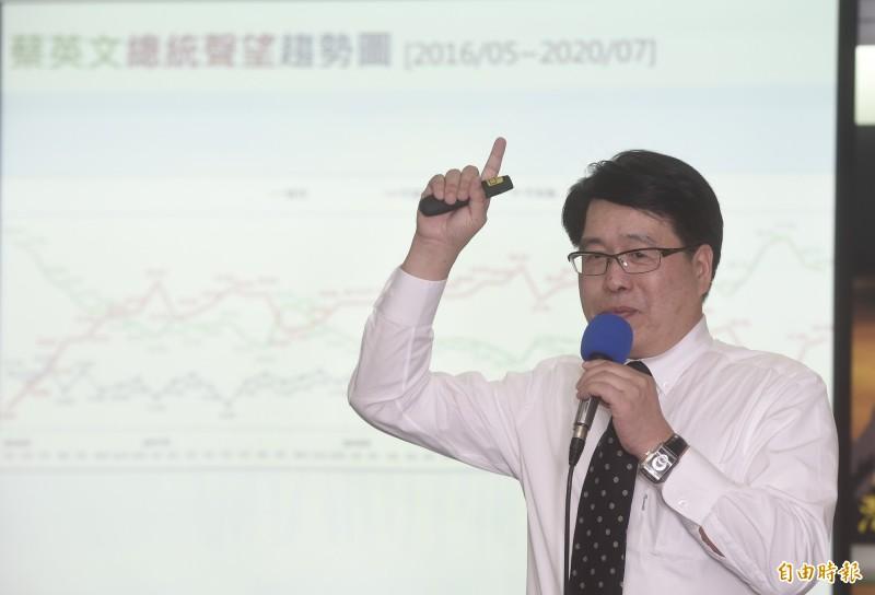 台灣民意基金會董事長游盈隆27日公佈七月「司法改革、總統聲望與五權憲法運作」等民調。(記者簡榮豐攝)