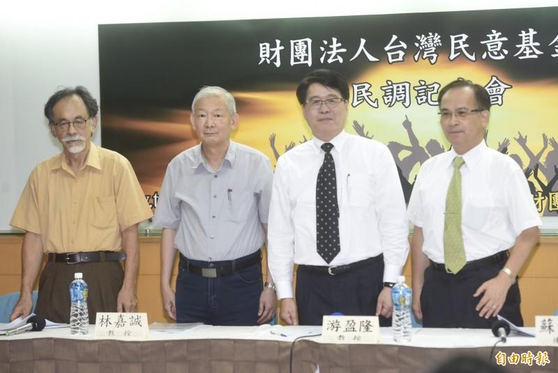台灣民意基金會董事長游盈隆(右二)27日公佈七月「司法改革、總統聲望與五權憲法運作」等民調,邀請林濁水(左)、林嘉誠(左二)、蘇煥智(右)與談。(記者簡榮豐攝)