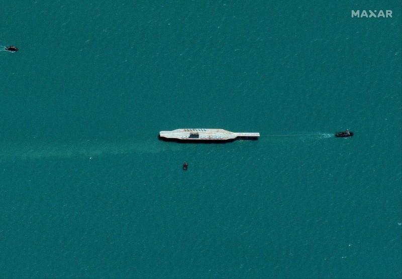 伊朗與美國情勢緊張之際,伊朗近日在全球貿易的戰略區域荷莫茲海峽放置一艘模擬航艦的船隻,雖伊朗當局對此沒有任何回應,外界認為這是伊朗的伊斯蘭革命衛隊用來實彈演習的靶船,藉以向美國示威。(路透)