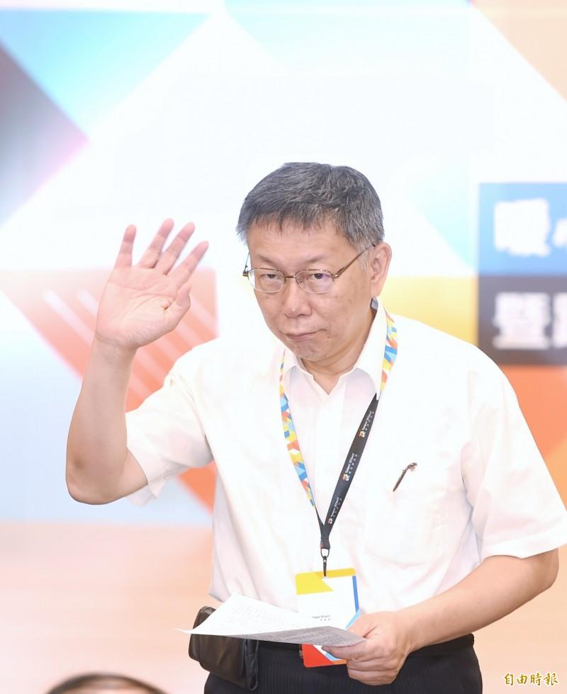 台北市長柯文哲27日出席「臺北好社企,共創心契機」暖心挑戰賽啟動記者會,會後並接受媒體採訪。(記者方賓照攝)