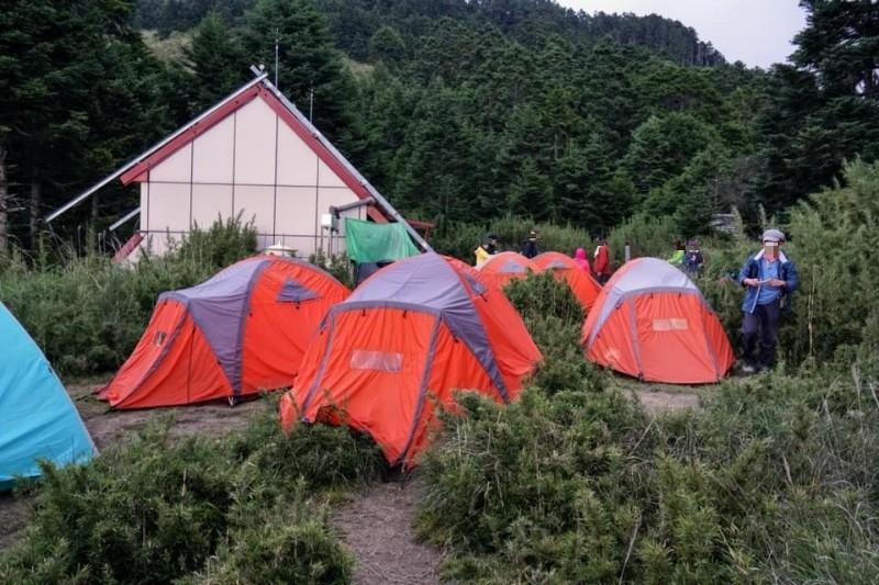 雪霸國家公園管理處指出,今年上山人數暴增,甚至出現營地先被協作團體搶佔搭帳的情況,未來將加強查核。(圖擷自雪霸國家公園登山資訊分享站 Shei-Pa National Park Climbing Forums臉書)
