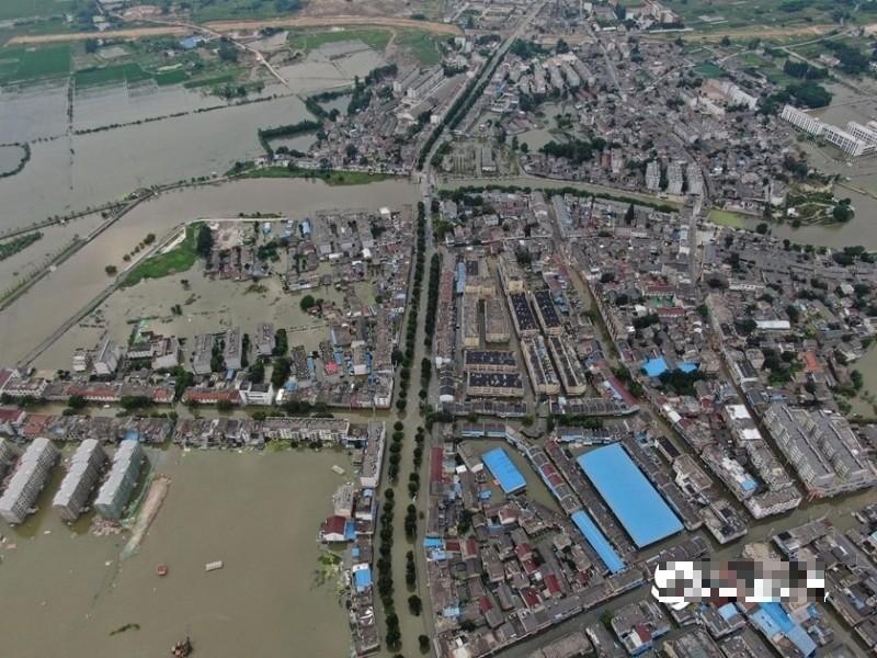 2020年7月23日,航拍安徽巢湖柘皋镇,大部分街道被洪水圍困。(圖擷取自網路)