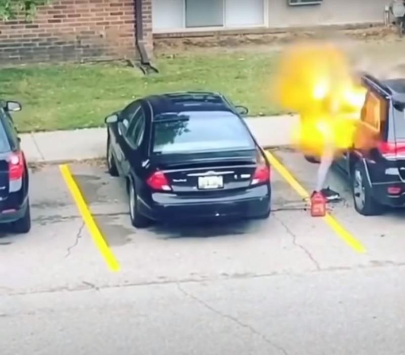 美國女子對男友的愛車縱火反倒「引火自焚」,火焰反撲燒到她的身上。(圖擷自「ppv_tahoe」YouTube)
