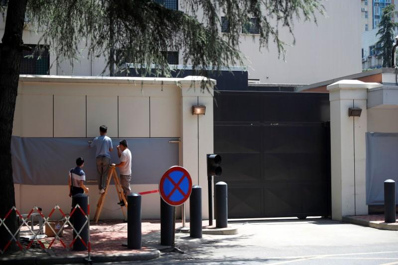 為報復美國撤掉駐休士頓領事館,中國政府要求美國關閉駐成都總領事館,美方隨即打包離開。(路透)