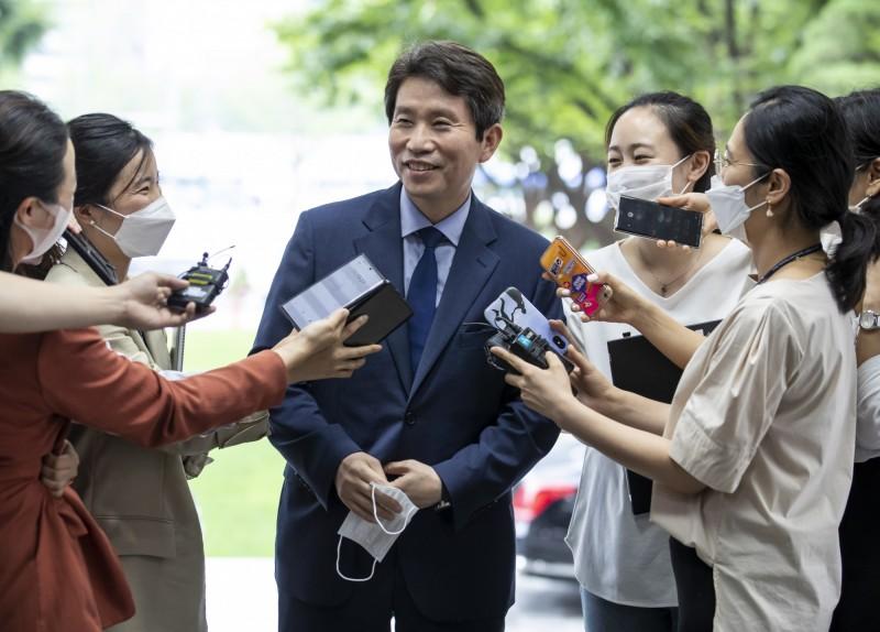 南韓新任統一部部長李仁榮(中)今日下午上任,接下修復兩韓關係的重任。(歐新社)
